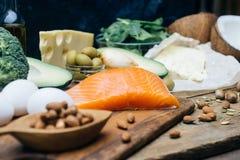Dieta Ketogenic Produtos gordos da baixa altura dos carburadores Alimento saudável comer, gordura da proteína do plano da refeiçã fotografia de stock royalty free