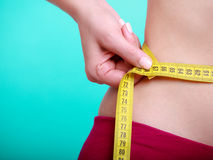 Dieta. Menina apta da mulher da aptidão com medida da fita mea Imagem de Stock