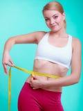 Dieta Menina apta da mulher da aptidão com medida da fita mea Fotografia de Stock Royalty Free