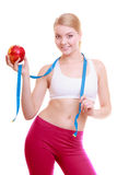 Dieta A menina apta da mulher da aptidão com medida da fita e a maçã frutifica Foto de Stock
