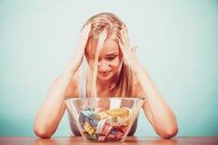 Dieta Menina com as fitas de medição coloridas na bacia Foto de Stock