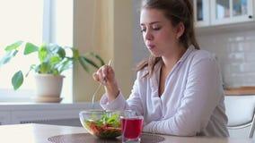 Dieta Muchacha hermosa que come la ensalada vegetal Concepto de dieta Comida sana del vegano Adolescente sonriente sano con el cu metrajes