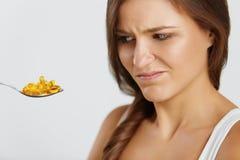 Dieta nutrition Vitaminas Comer saudável Mulher com óleo de peixes O imagens de stock royalty free