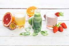 Dieta orgánica de la bebida del verde de la selección del jugo de las bebidas de la fruta fresca bio foto de archivo libre de regalías