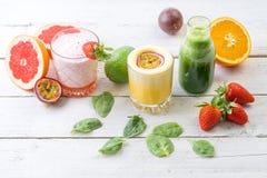 Dieta organica della bevanda di verde di selezione del succo delle bevande della frutta fresca bio- Immagine Stock Libera da Diritti