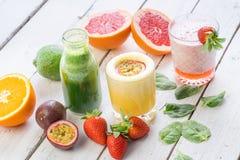 Dieta organica della bevanda di verde di selezione del succo delle bevande della frutta fresca bio- Immagine Stock