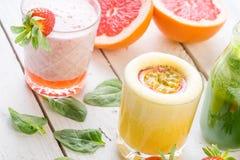 Dieta organica della bevanda di verde di selezione del succo delle bevande della frutta fresca bio- Fotografia Stock Libera da Diritti
