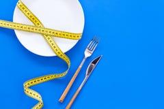 Dieta para el concepto de la pérdida de peso Nutrición apropiada Hambre médica Placa vacía con la bifurcación y cuchillo cerca de imágenes de archivo libres de regalías