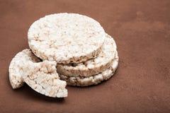Dieta para la pérdida de peso, galettes soplados sanos del maíz fotografía de archivo
