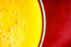 Dieta. Primer del zumo de fruta amarillo fresco en vidrio Fotografía de archivo libre de regalías