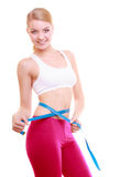 Dieta. ragazza adatta con la vita di misurazione di nastro di misura fotografia stock