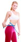 Dieta. Ragazza adatta della donna di forma fisica con la misurazione di nastro di misura la sua vita fotografia stock libera da diritti