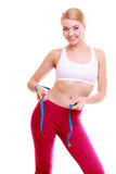 Dieta Ragazza adatta della donna di forma fisica con la misurazione di nastro di misura la sua vita fotografia stock