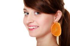 Dieta Ragazza con gli orecchini di frutta arancio isolati Fotografia Stock
