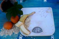 Dieta sana anaranjada del plátano de las escamas de la fruta de las escalas Fotografía de archivo libre de regalías