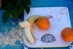 Dieta sana anaranjada del plátano de las escamas de la fruta de las escalas Fotos de archivo libres de regalías
