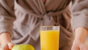 Dieta sana de la fruta fresca de los hábitos de la mañana del desayuno almacen de video