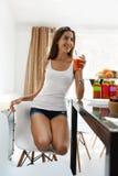 Dieta sana Mujer que bebe el jugo fresco Nutrición de la pérdida de peso imagen de archivo