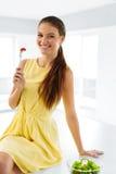 Dieta sana Mujer que come la ensalada vegetariana Consumición sana, Foo Imagen de archivo