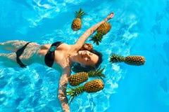 Dieta sana, nutrición Mujer con las piñas en la piscina (agua) fotografía de archivo libre de regalías