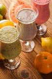 Dieta sana, sacudidas de la proteína y frutas Imagenes de archivo