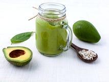 Dieta sana y comida limpia Smoothie del aguacate en el backgroun blanco Fotos de archivo libres de regalías