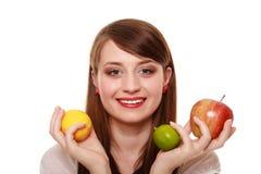 Dieta sana y nutrición Muchacha que sostiene las frutas Foto de archivo