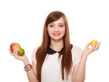 Dieta sana y nutrición Muchacha que sostiene las frutas Fotos de archivo libres de regalías
