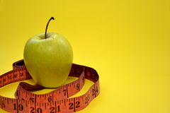 A dieta saudável ajudá-lo-á a perder o peso foto de stock royalty free