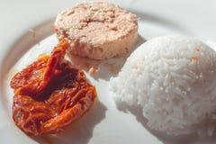 Dieta saudável da aptidão Arroz, atum e tomates cortados fotografia de stock royalty free