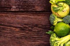 Dieta saudável de vegetais e de ervas verdes comestíveis Fotos de Stock Royalty Free