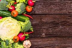 Dieta saudável de verdes comestíveis e de vegetais Foto de Stock