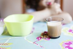 Dieta saudável e nutritivo para o conceito das crianças imagens de stock royalty free