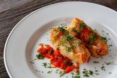 Dieta saudável Rolos da couve do vegetariano de cenouras do arroz, abobrinha fotos de stock royalty free