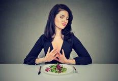 Dieta vegetariana de los odios de la mujer joven foto de archivo libre de regalías