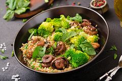 dietary meny Sund strikt vegetariansallad av grönsaker - broccoli, champinjoner, spenat och quinoa arkivfoto