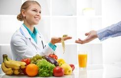 Dietetyczka i pacjent w biurze Zdjęcia Royalty Free