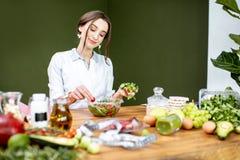 Dietetyczka miesza sałatki obraz royalty free