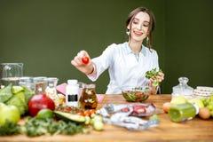 Dietetyczka miesza sałatki fotografia royalty free