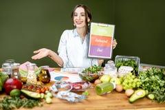 Dietetyczka promuje zdrowego zrównoważonego łasowanie zdjęcie stock
