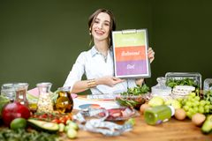 Dietetyczka promuje zdrowego zrównoważonego łasowanie zdjęcia stock