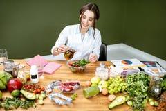 Dietetyczka robi sałatki zdjęcia stock