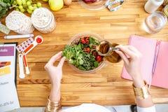 Dietetyczka robi sałatki na tabe zdrowi składniki pełno zdjęcia royalty free