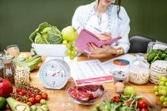 Dietetyczka z zdrowym jedzeniem w biurze fotografia royalty free