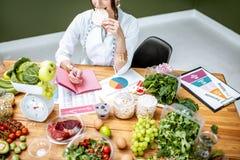 Dietetyczka z zdrowym jedzeniem w biurze zdjęcia stock