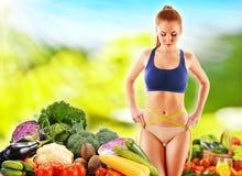 dietetyczka Zrównoważona dieta opierająca się na surowych organicznie warzywach obrazy stock