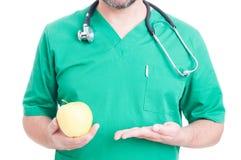 Dietetyczki ręka trzyma żółtego jabłka Fotografia Stock