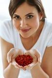 dietetyczne jedzenie zdrowe Dziewczyny mienia słońca Goji Wysuszone jagody W rękach Obraz Stock