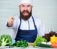Dieting żywność organiczna gniewny brodaty mężczyzna szefa kuchni przepis Kuchnia kulinarna vite Zdrowy karmowy kucharstwo Dojrza zdjęcia stock