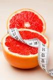 dieting Γκρέιπφρουτ με τη μέτρηση της ταινίας Στοκ εικόνα με δικαίωμα ελεύθερης χρήσης